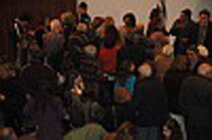 Rostro reconstruido y público asistente al evento